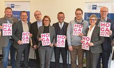 Erfreut über Hoga Next: (von links) Christian Dübner, Andreas Kellerer, Matthias Ess, Martina Walter, Gereon Haumann, Markus Pape, Anna Roeren-Bergs, Joerg Lenger und Werner Patzsch