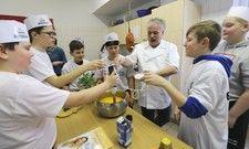 Mentor für den Branchenachwuchs: Der Thüringer Profikoch Claus Alboth beim Wettbewerbs-Probekochen mit der Koch-AG der Regelschule in Schwarza bei Meiningen