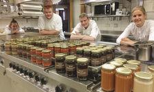 Alles im Gläschen: Das Azubi-Küchenteam von Reber's Pflug in Schwäbisch Hall hat mit seinem Take-away-Projekt alle Hände voll zu tun