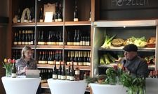 Weinverkostung für die Web-Gemeinde: Winzerin Mirjam Schneider mit Fernsehkoch und Caterer Frank Brunswig.