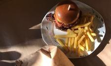 Umweltfreundlich: Die Speisen des Hotel-Restaurant Schwarzkopf gibt es auf echten Tellern. Für den Transport werden diese mit braunem Papier umwickelt