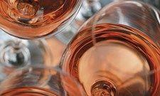 Verlockend: Kühler Rosé kommt in der warmen Jahreszeit immer gut an.