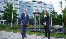 Halten freundlich Abstand: Unternehmenschef Thomas Willms (links) und Hoteldirektor Oliver Schäfer zeigen am Beispiel Steigenberger München die neuen Regeln