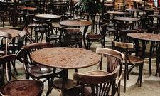 Leere Stühle: Die Gastronomie hat unter der Coronakrise besonders gelitten