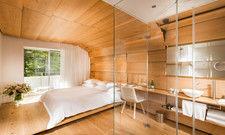 Kokon aus Eichenholz: Einige Zimmer im 7132 House of Architects in Vals hat der japanische Architekt Kengo Kuma gestaltet. Das Badezimmer ist integraler Bestandteil des Interiordesigns.