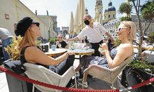 Dankbare Gäste: Auf den Terrassen und in den Biergärten essen und trinken die Menschen wieder. Doch nach wie vor geltende Einschränkungen lassen meist keine auskömmlichen Umsätze zu. Viele Gastronomen und Hoteliers fordern weitere Hilfen