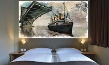 Lokalkolorit: Das Wandpaneel über dem Bett zeigt ein Wahrzeichen Wilhelmshavens