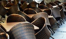 Leere Stühle: Die Gastronomie musste im April wegen der Coronakrise geschlossen bleiben