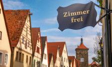 Freie Zimmer, wie hier im fränkischen Rothenburg ob der Tauber, stehen für Gäste aus dem Kreis Gütersloh nicht zur Verfügung