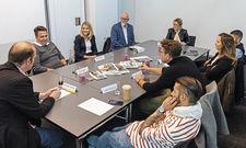 Diskutierten: (von links im Uhrzeigersinn) Christoph Aichele, Philip Reise, Mirjam Felisoni, Götz Braake, Bettina von Massenbach, James Ardinast, Brit Glocke, Alexander Scharf, Marco Akuzun