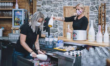 Maske ade: Zum Juli-Start können Service-Kräfte in der Gastronomie in Österreich auf ihren Mund-Nase-Schutz verzichten
