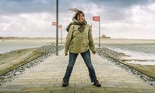 Auch wenn der Wind pfeift: Gäste lieben das Meer und den Strand, wie hier in Büsum an der Nordsee