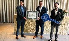 Schlüsselübergabe: (von links) Eichstätts Oberbürgermeister Josef Grienberger, IBB-Manager Lieuwe de Jong und Projektentwickler Markus Meier