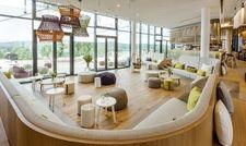 Multitasker: Das Seezeitlodge Hotel & Spa ist ein Entwurf von Graft Architekten und Nicolay Design im Naturpark Saar-Hunsrück am Bostalsee. Die Sitzgruppe ist behagliche Loungezone und Raumtrenner zugleich.