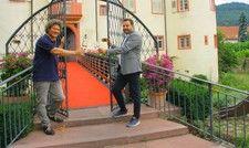 Auf gutes Gelingen: Der neue Gastro-Chef von Schloss Neuweier Joachim Altvater (rechts) mit dem Winzer und Besitzer der Immobilie Robert Schätzle