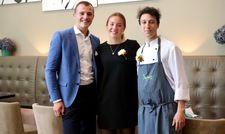 Die drei Azubi-Manager des Pop-up-Restaurants im The Charles Hotel: (von links) Sebastian Rieder, Carolina Schymczyk und Noel Thomas