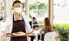 Maske tragen, Distanz halten: Arbeitgeber, die ein klares Hygienekonzept haben und dies kontrollieren, sind rechtlich auf der sicheren Seite, wenn ein Mitarbeiter an Corona erkrankt.