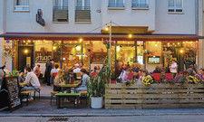Ausgehen in Corona-Zeiten: Gäste sitzen im erweiterten Außenbereich vor dem Lokal Jack Glockenbach in München.