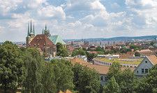 Blick auf Erfurt: Die Hauptstadt Thüringens bildet mit dem benachbarten Weimar eine beliebte Destination für Städtetrips.