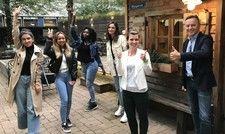 Gut gelaunt in die Ausbildung: Über vier neue Hofa-Azubis freuen sich Chef Johannes Eckelmann (rechts) und Sophia Pfundstein, Azubi-Verantwortliche (Zweite von rechts), bei den Cocoon Hotels in München