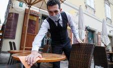 Kellner mit Mundschutz: Seit Montag müssen auch Gäste in Restaurants in Österreich einen Mund-Nase-Schutz tragen. Dieser darf nur am Sitzplatz am Tisch abgelegt werden.