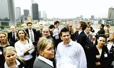 """Über den Dächern Frankfurts: <em>Junge Führungskräfte beim AHZG Young Leaders Day im Mövenpick Hotel <tbs Name=""""foto"""" Content=""""*sm*un*gw.6,5""""/>"""