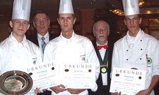 So sehen Sieger aus: (von links) Achenbach-Repräsentant Michael König, Sven Schmidt, Denis Aue und Florian Wolf
