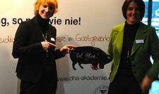 Bieten ein Stipendium: Merle Losem (links) und Birgit Ladwig von der DHA