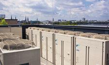 Auf dem Hoteldach: Wärmetauscher und -pumpen von Daikon sorgen für Wärme und kühle Frischluft. Unten ein kompaktes 20-kW-Blockheizkraftwerk von Viessmann
