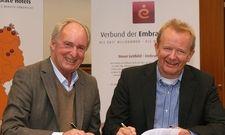 Vertragsunterzeichnung: Hans Müller (links), Geschäftsführender Gesellschafter von Top International und Martin Bünk, Präsident von Embrace Hotels