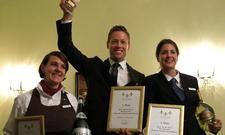 Preis für Große Gastlichkeit: Sieger Simon Oberhofer (Hotel Castel, Meran) mit der zweitplatzierten Jenny Kunaschk (links, Arosa Travemünde), und der Dritten Denise Hänscheid (Arosa List/Sylt)