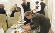 Alte Schule: Im Finale des Service-Wettbewerbs sind auch praktische Fähigkeiten wie Filettieren und Vorlegen gefragt