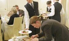 Preis für Große Gastlichkeit: Service-Mitarbeiter zeigen, was Sie drauf haben. Hier beim Wettbeweb im vergangenen Jahr