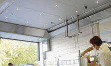 Schneller Luftaustausch: Revens Mini-Lüftungsdecke hält die Luft auch beim Frontcooking sauber