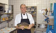 Kapitaler Fang: Küchenchef Oliver Sched stellte das neue Karpfengericht der Saison vor Fotos: Helmut Heigert