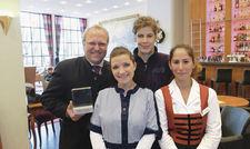 Niemand wird ausgegrenzt: Hoteldirektor Niklaus Kaiser von Rosenburg (links) freut sich gemeinsam mit seinen Mitarbeiterinnen über die Auszeichnung