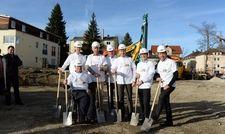 Spatentich: Unter anderem mit Reinhold Scharpf, Geschäftsführer von Allgäuer Integrationsbetrieb -Hotel- gGmbH (3.von rechts) und Claus Quasten, Hoteldirektor Allgäu Art Hotel (2.von links)