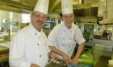 Prima Betriebsklima: Sascha Gross (rechts) mit seinem Mentor und Küchenchef Markus Schwed