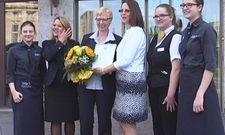 Freude beim Victor's-Team in Leipzig: Hoteldirektorin Sabine Kalinke (Dritte von rechts) mit dem Zertifikat für Ausbildungsförderung - überreicht von Reinhilde Willems (Dritte von links) von der Agentur für Arbeit Leipzig